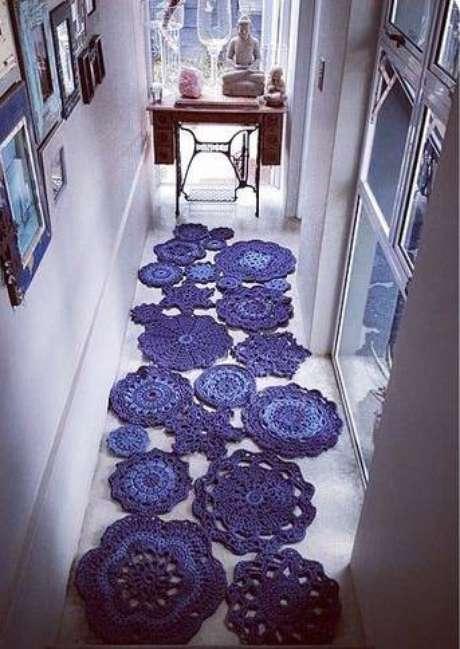 43. Tapete roxo no corredor deixando a casa aconchegante