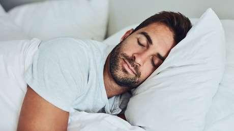 Dormir de lado é melhor do que dormir de bruços, mas qual lado é melhor?