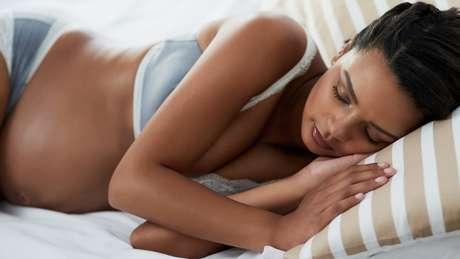 Os médicos costumam recomendar às grávidas dormir do lado esquerdo