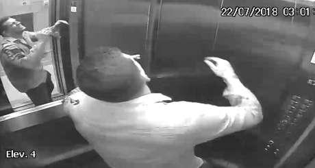 Câmera flagrou momento em que professor, em desespero,sobe com o corpo no elevador