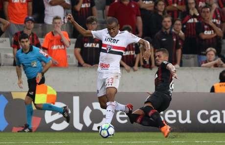 Régis chegou ao São Paulo após o fim do Paulistão e chegou a ser titular da lateral-direita com Diego Aguirre (Rubens Chiri/saopaulofc.net)