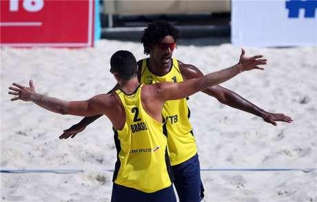 Thiago e Álvaro Filho celebram vitória sobre russos (Foto: Divulgação / GettyImage / FIVB)