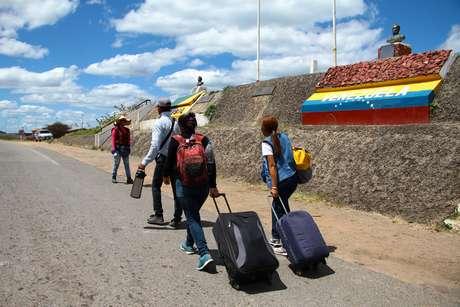 Venezuelanos atravessam a fronteira com o Brasil em Roraima
