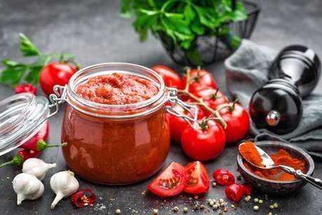 Molho de tomate feito com tempero e especiarias