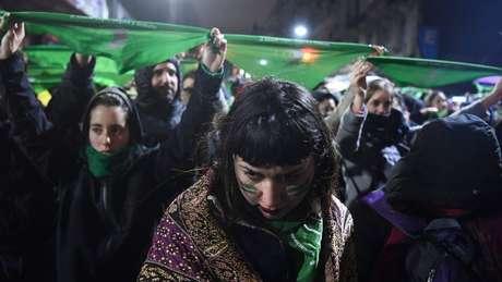 Nos últimos meses, mulheres com lenços verdes no pescoço - símbolo do movimento pela legalização do aborto - tomaram as ruas do país