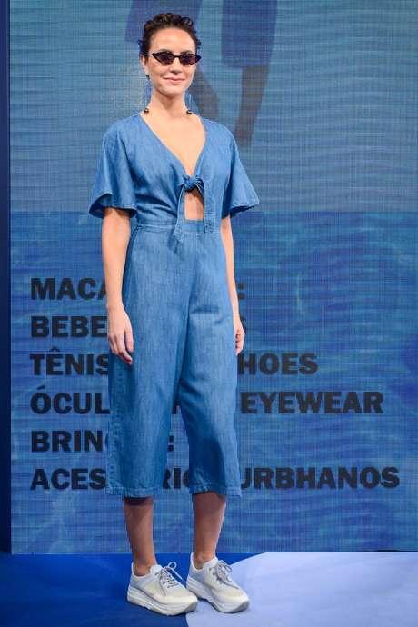 O jeans aparece em versões mais leves para o verão
