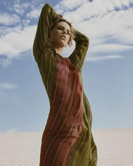 A atriz Laura Neiva uma das clientes da marca, exibe o resortsem gêmero da marca carioca