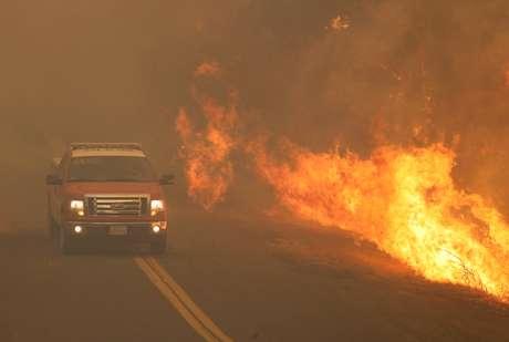 Caminhão dos bombeiros foge das chamas de incêndio em Lakeport, na Califórnia 31/07/2018 REUTERS/Fred Greaves