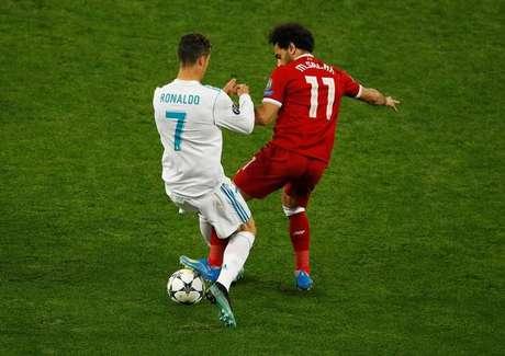 Cristiano Ronaldo e Salah disputam bola durante final da Liga dos Campeões entre Real Madrid e Liverpool 26/05/2018 REUTERS/Phil Noble
