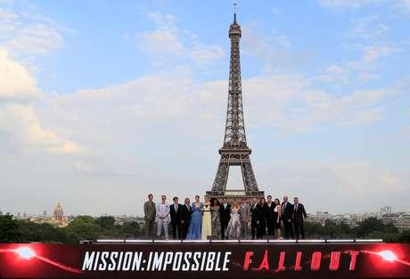 """Diretor Christopher McQuarrie e membros do elenco posam na frente da Torre Eiffel durante a estréia mundial do filme """"Missão: Impossível - Fallout"""" em Paris.  12/07/2018. REUTERS/Gonzalo Fuentes"""