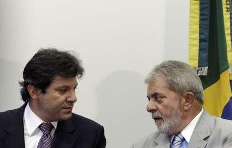 Luiz Inácio Lula da Silva e Fernando Haddad participam de cerimônia quando eram presidente e ministro da Educação, em 2010 12/01/2010 REUTERS/Ricardo Moraes