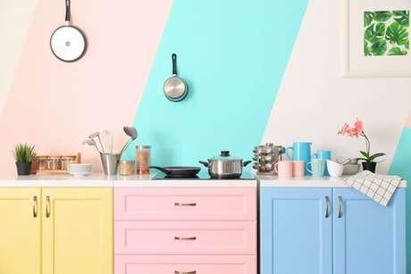 Cozinha moderna colorida com a banca bem organizada