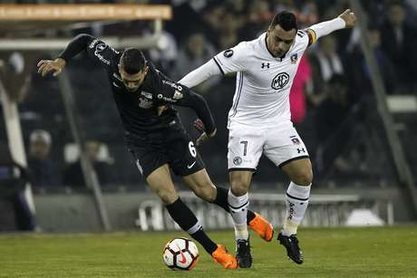 Esteban Paredes e Danilo Avelar disputam a bola