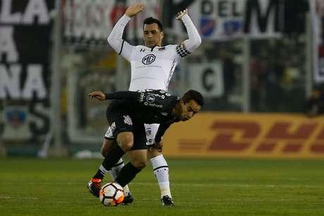 Jadson defende a bola pelo Corinthians