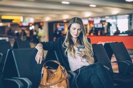 Quando se encontra uma tomada em aeroporto, a chance não pode ser disperdiçada
