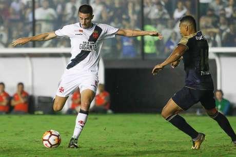 Thiago Galhardo e Jose Quintero disputam a bola