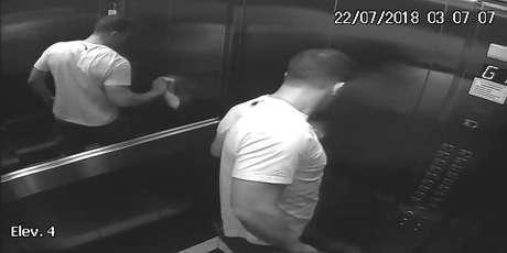 Câmera flagrou momento em que professor limpa o elevador após levar o corpo para apartamento