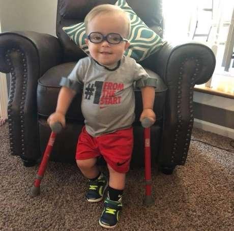 Roman, um menino de 2 anos do Kansas, EUA, tem doença rara que faz com que sua medula espinhal não se desenvolva normalmente e ele tenha dificuldade de andar.