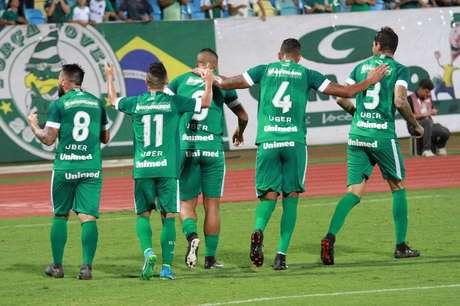 Jogadores do Goiás comemoram o gol de Lucão na vitória sobre o CSA