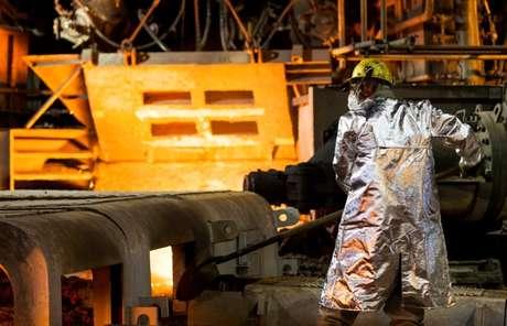 Homem trabalha na usina de Usiminas em Ipatinga 17/04/ 2018. REUTERS/Alexandre Mota