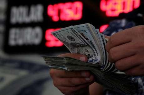 Pessoa conta notas de dólares 23/05/2018 REUTERS/Sertac Kayar