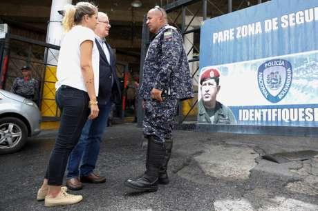 Juan Guillermo e Rafaela Requesens, pai e irmã do deputado Juan Requesens, conversam com policial em Caracas  8/8/2018    REUTERS/Adriana Loureiro