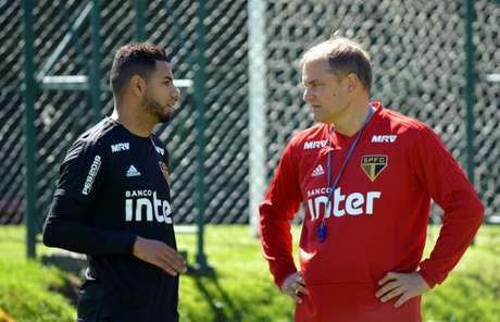 Bruno Peres conversa com Aguirre durante o treino desta sexta - FOTO: Érico Leonan/São Paulo FC