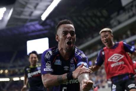 Ademilson celebra gol feito nos acréscimos (Divulgação)
