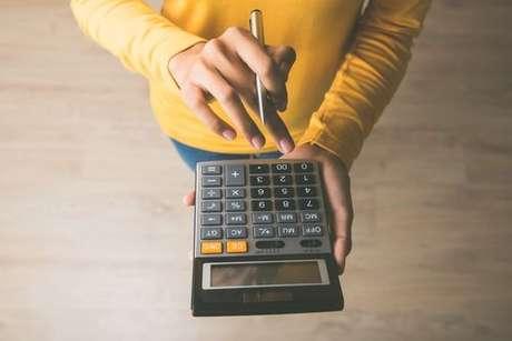Pessoa fazendo cálculos