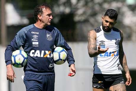 Cuca e Gabriel (Gabigol) durante treino do Santos nesta sexta (10)