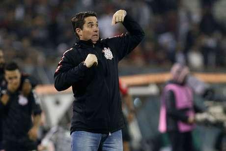 O técnico do Corinthians, Osmar Loss, dá instruções durante jogo