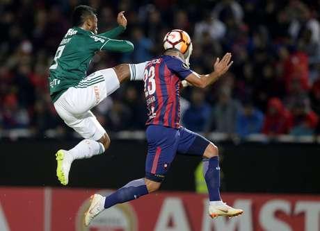 Borja e Juan Escobar disputam uma bola aérea