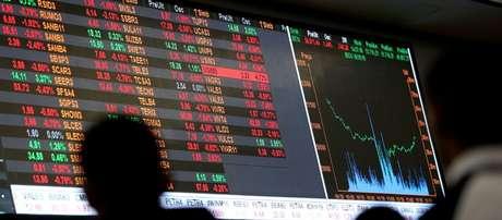 Operador observa painel da Bolsa de São Paulo