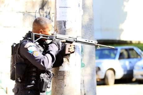 Polícia realiza operação no Morro dos Macacos, em Vila Isabel, Zona Norte do Rio de Janeiro (RJ), na manhã deste sábado (11).