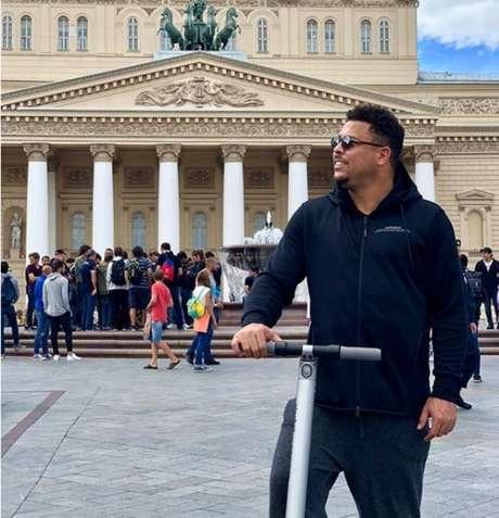 Ronaldo posa em frente ao Teatro Bolshoi com seu patinete