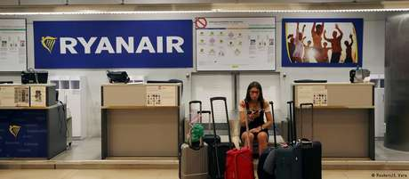 Balcão da Ryanair em Madri: empresa atrai milhões de passageiros com suas pechinchas