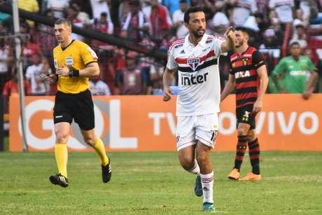 Nenê comemora o seu gol, o segundo do São Paulo contra o Sport na Ilha do Retiro