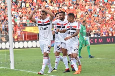 Com a vitória por 3 a 1 em cima do Sport, na Ilha do Retiro, o São Paulo manteve a liderança por mais uma rodada