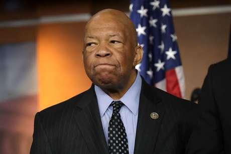 Em entrevista coletiva, o deputado democrata Elijah Cummings deputado democrata Elijah Cummings, o principal representante do partido no Comitê de Supervisão da Câmara, disse que Trump não estava fazendo o suficiente para repudiar os racistas