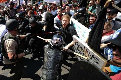"""No ano passado, a manifestação de extrema direita """"Unite the Right"""" teve muita violência entre grupos neonazistas e minorias"""