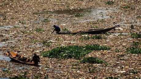 Fontes alternativas de água, como o rio Citarum, estão extremamente poluídas