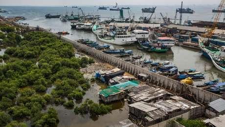 O muro de contenção é destinado a mitigar as fortes inundações da cidade