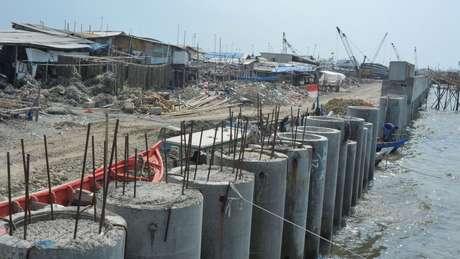 A construção do muro ao longo da costa está em andamento
