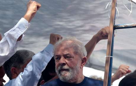 O ex-presidente Luiz Inácio Lula da Silva (PT) reafirmou a candidatura dele à Presidência da República em carta, divulgada nesta segunda-feira, e disse que falará à população pelas vozes do ex-prefeito de São Paulo Fernando Haddad (PT) e da deputada estadual Manuela D'Ávila (PCdoB)
