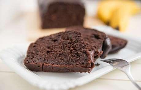 Bolo de chocolate com banana molhadinho