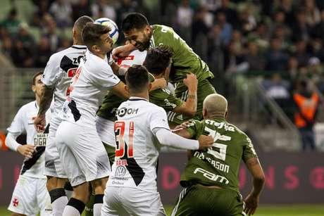 O primeiro tempo do jogo foi muito brigado e com poucas chances claras de gol