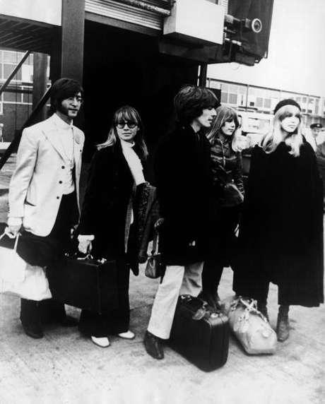 John Lennon e George Harrison são fotografados deixando o aeroporto de Heathrow, em Londres, a caminho a Rishikesh, em 1968