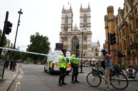 Policiais esperam em cordão em frente à Abadia de Westminster, próximo às Casas do Parlamento, onde possível atentado ocorreu
