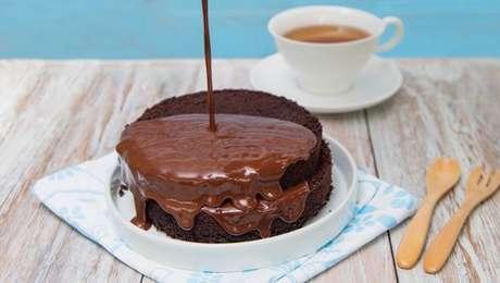 Cobertura de chocolate sendo adicionada ao bolo de chocolate