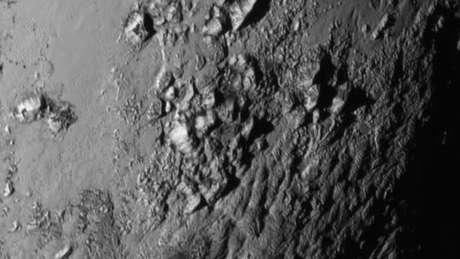 Montanhas geladas de Plutão em imagem captada pela New Horizons